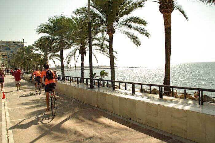 Uso de la bicicleta en el paseo marítimo de Marbella